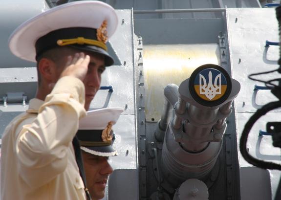 Проход кораблей ВМС Украины под Крымским мостом сняли на видео