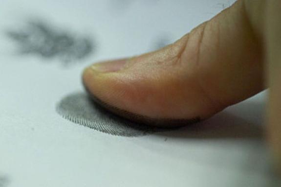 Украинские силовики снимают отпечатки пальцев красивых девушек для знакомства