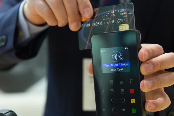 Банкиры предложили изменить правила использования зарплатных карт