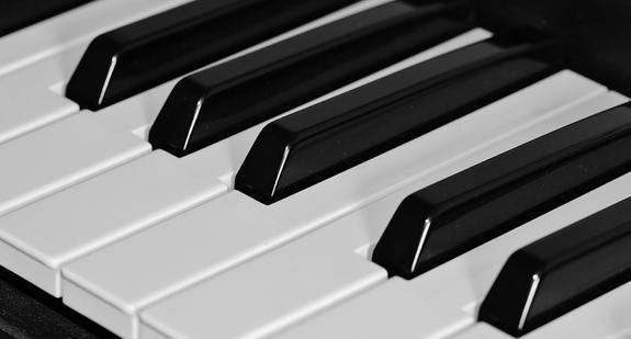 Жители Кургана сбросили пианино с девятого этажа, оно упало на иномарку