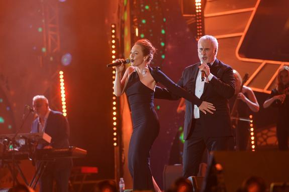 Альбина Джанабаева вышла на сцену вместе с Валерием Меладзе