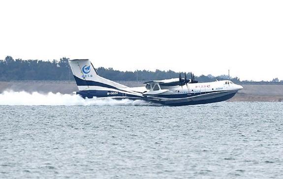 Видео: крупнейший в мире самолет-амфибия впервые взлетел с поверхности воды