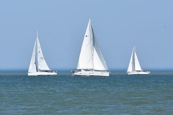 В Геленджике во время парусной регаты перевернулись около 20 лодок