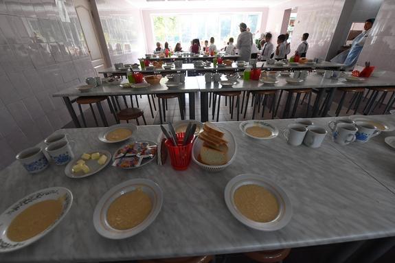 Глава Волгоградской области предлагает кормить всех первоклассников бесплатно