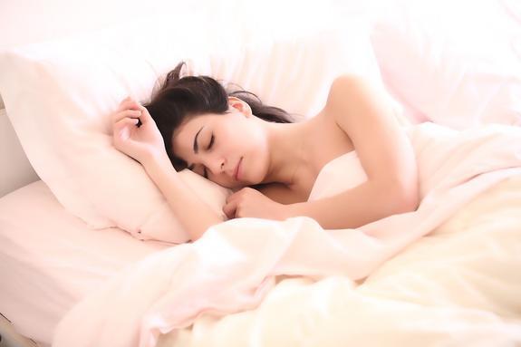 Ученые предупреждают: сон не в полной темноте может быть опасен