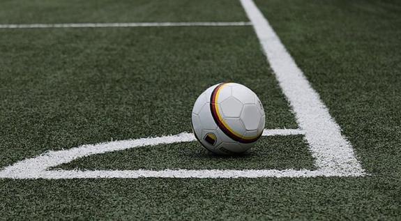 Фанат выбежал на поле и напал на Глушакова во время матча Лиги Европы