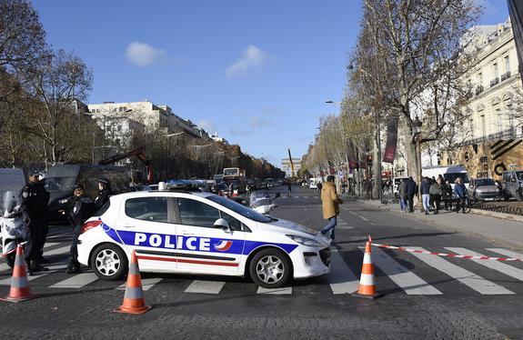 В Париже на Елисейских полях задержали около 60 человек