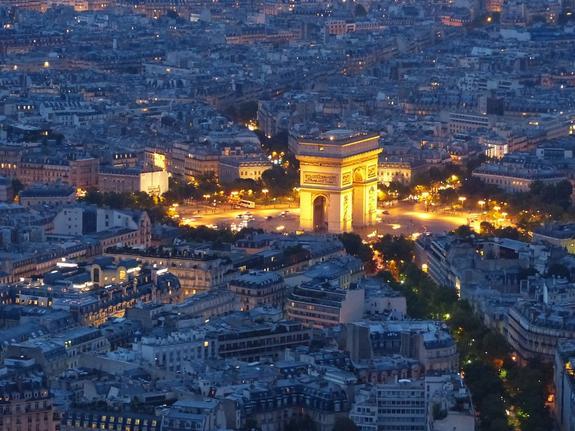 Участники массовых протестов в Париже разгромили знаменитую Триумфальную арку