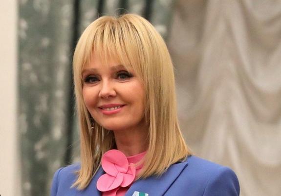 """Валерию сравнили с """"куколкой"""" на недавнем снимке у новогодней елки"""