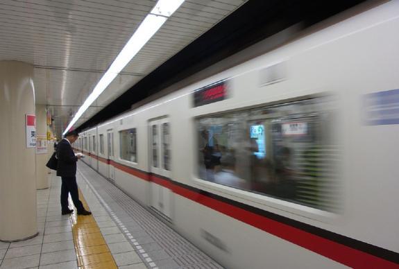 Тысячи жителей Токио не попали на работу из-за сбоя на линии метро