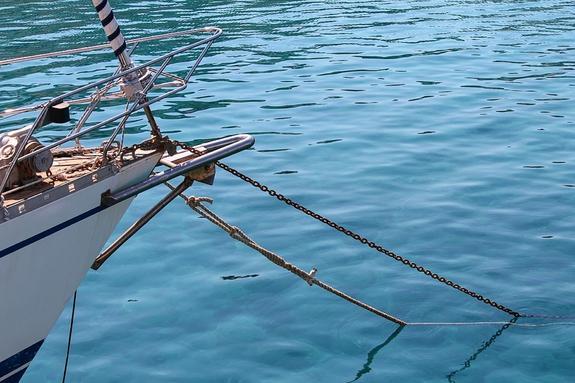Северокорейское судно сорвало с якоря в порту Владивостока и выбросило на берег