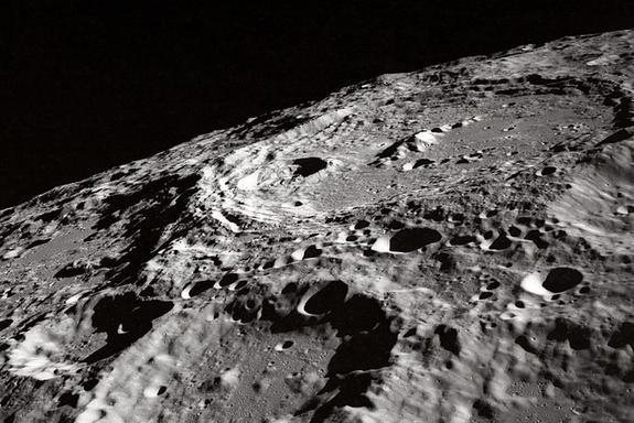 Китайский космический аппарат прислал первый снимок обратной стороны Луны