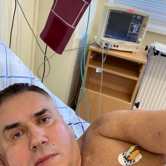 Садальский опубликовал фото из больницы после перенесенной операции на сердце