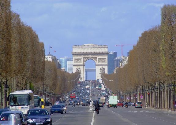 """Париж готовится к акциям """"желтых жилетов"""": Елисейские поля перекрыли забором"""