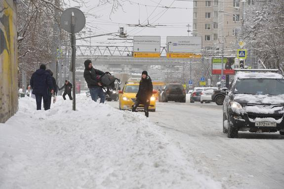 Московских водителей предупреждают о тяжелой ситуации на дорогах