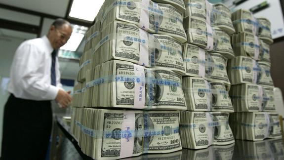 Российская экономика так и не отказалась от доллара. Только напугала население