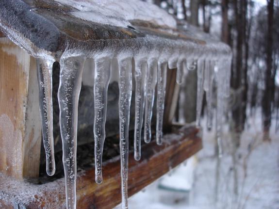 В Петербурге ледяная масса, рухнувшая с крыши, травмировала подростка