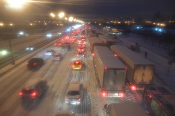 Московских автомобилистов призывают быть сегодня осторожными на дорогах