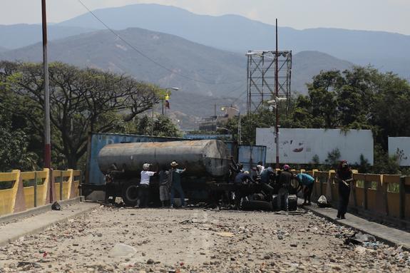 МИД Венесуэлы: в гуманитарном грузе находились детали для возведения баррикад