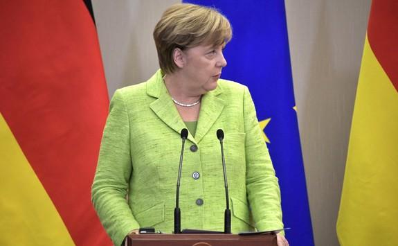 Меркель отказалась от предложения США направить военные корабли в Крым