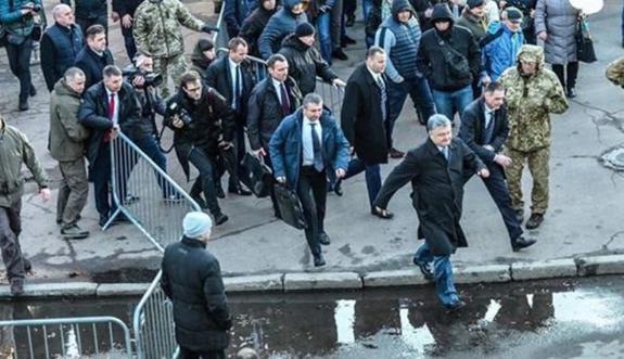 Порошенко сбежал с митинга