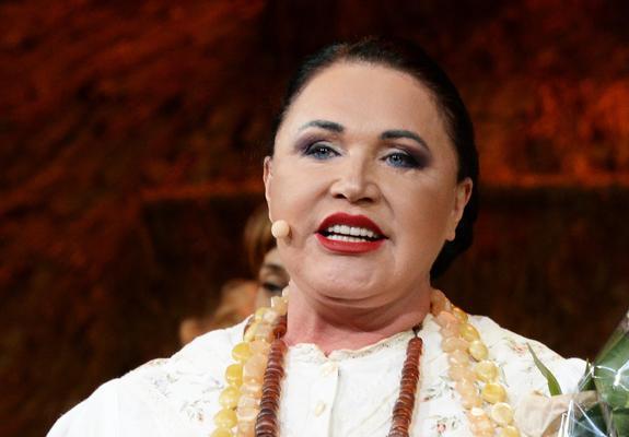 Поклонники пришли в восторг от фото Надежды Бабкиной в модном бархатном тюрбане