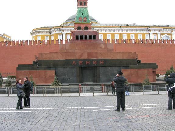 В Москве мужчина попытался оживить вождя народа при помощи масла и огня