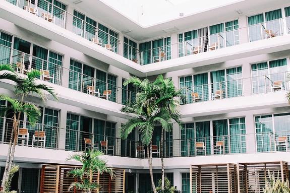 Комната плача и ночевка под мостом: самые необычные услуги в гостиницах мира