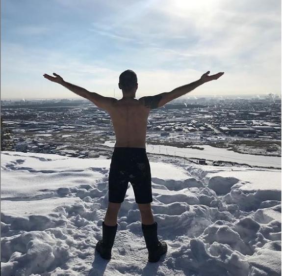 """""""Повелитель холода"""" в Якутске прыгнул с голым торсом с парашютом"""