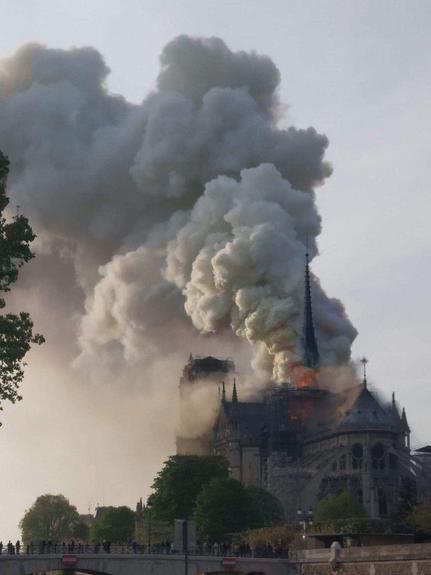 Во Франции горит Собор Парижской Богоматери. На видео заметно как полыхают языки открытого пламени
