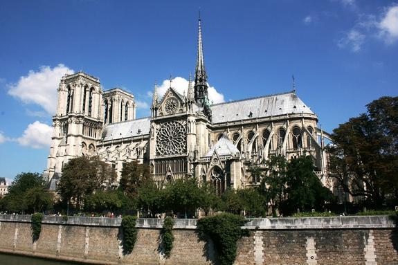 Президент Франции Эммануэль Макрон изменил свой график из-за пожара в соборе Парижской Богоматери