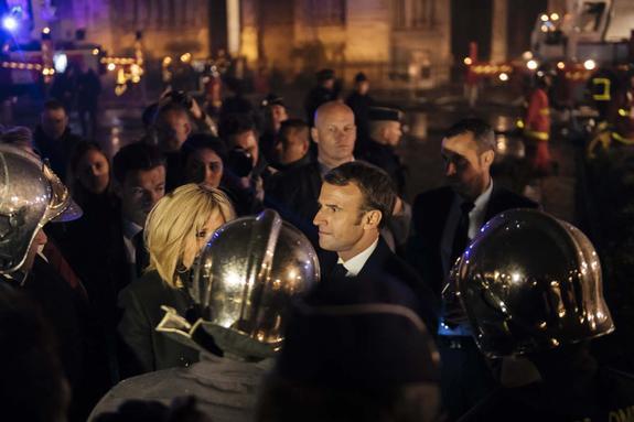 Макрон зашел внутрь горящего в Париже Нотр-Дама