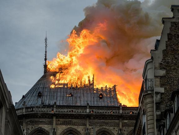 Викарий рассказал о первых минутах пожара в Нотр-Даме