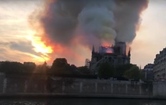 Продавцы Гюго и путеводителей нагрелись на пожаре в Соборе Парижской Богоматери