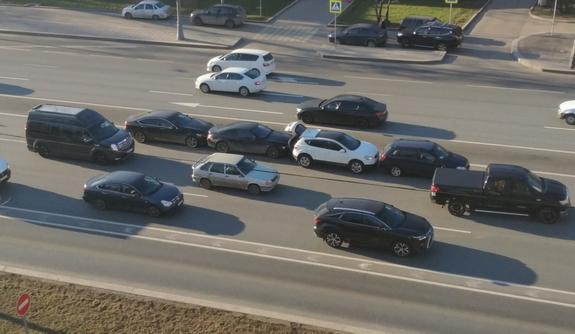 """""""Держи дистанцию"""": на Можайском шоссе в Москве столкнулись 4 автомобиля"""