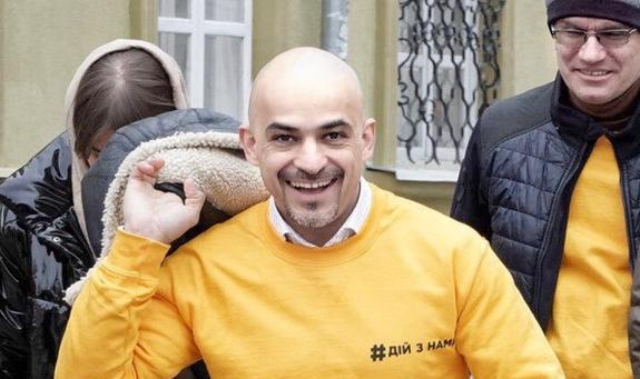 Депутата Верховной рады встретили в Одессе с ведром, полным фекалий