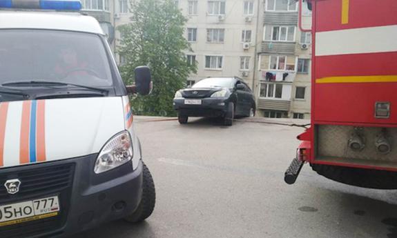 Из-за обвала грунта  в Севастополе автомобили на парковке упали с обрыва