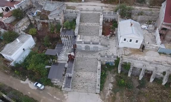 Как выглядит с высоты птичьего полета знаменитая Митридатская лестница и мемориал до начала ремонта