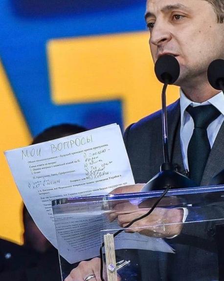 Шпаргалка Зеленского к дебатам на русском языке рассмешила пользователей в сети