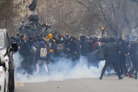 """В Париже """"желтые жилеты"""" поджигают машины"""