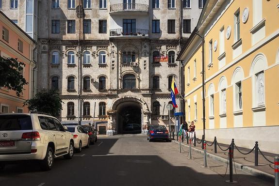 В Москве на крышу посольства Венесуэлы залез мужчина