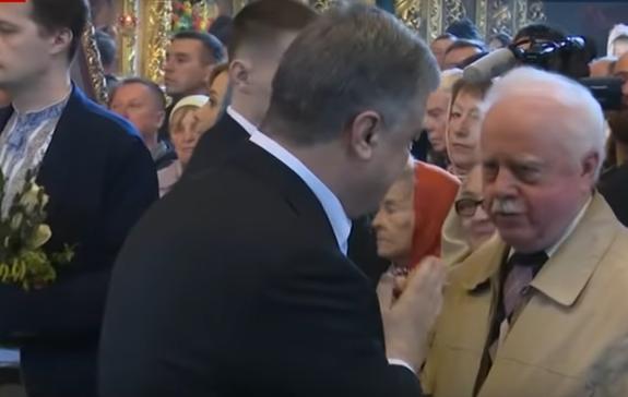 Порошенко пришлось молиться перед заходом на избирательный участок