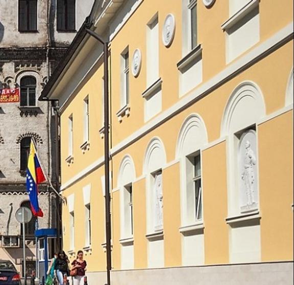 Полицейские сняли мужчину с крыши посольства Венесуэлы в Москве
