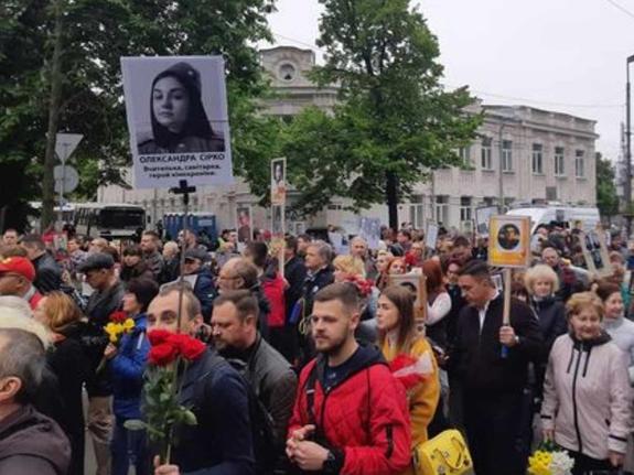 Киевляне вытащили портрет порноактрисы на свой парад Победы