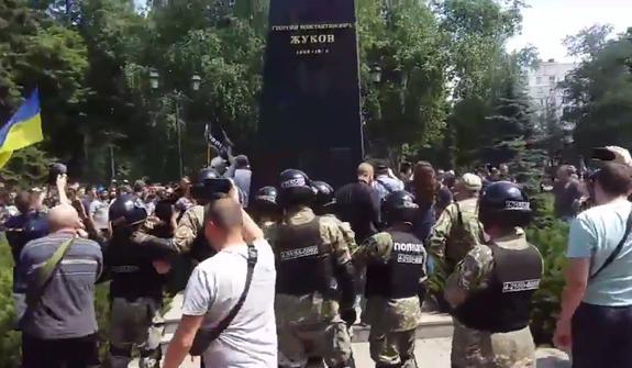 В Харькове опять снесли бюст маршала Жукова