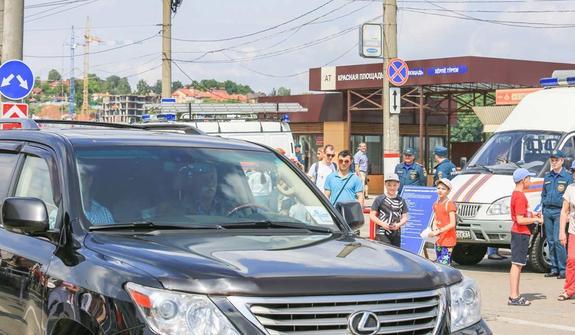 Якубовича подловили в Чебоксарах за рулем джипа на тротуаре?