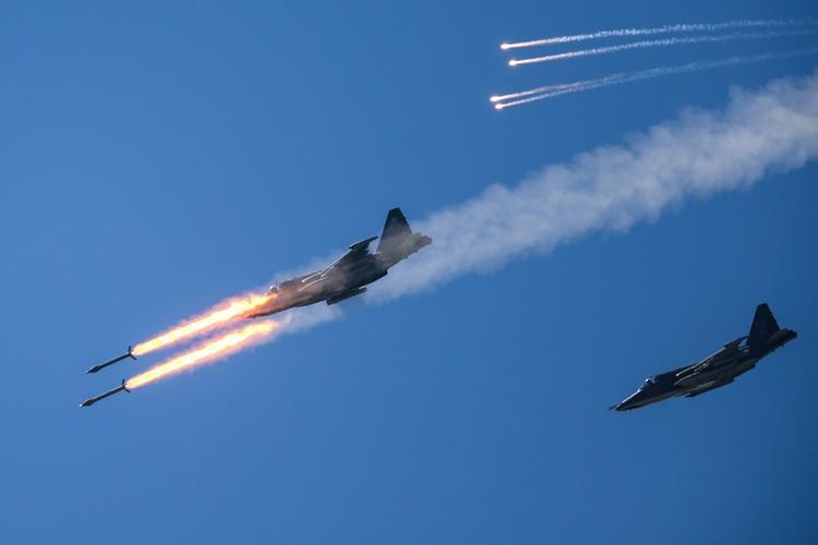 Атаки самолетов ВКС РФ по позициям боевиков в сирийской Хаме сняли на видео