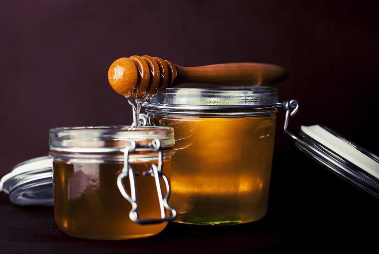 Диетологи рассказали, почему заменять сахар мёдом – не лучшая идея