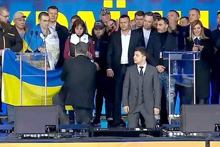 """Экс-депутат Рады призвал Зеленского встать на колени не для """"красивого кадра"""""""