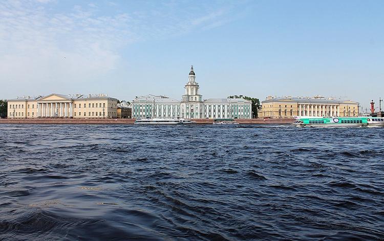 На набережной в Петербурге туристка из Китая упала в воду и пропала